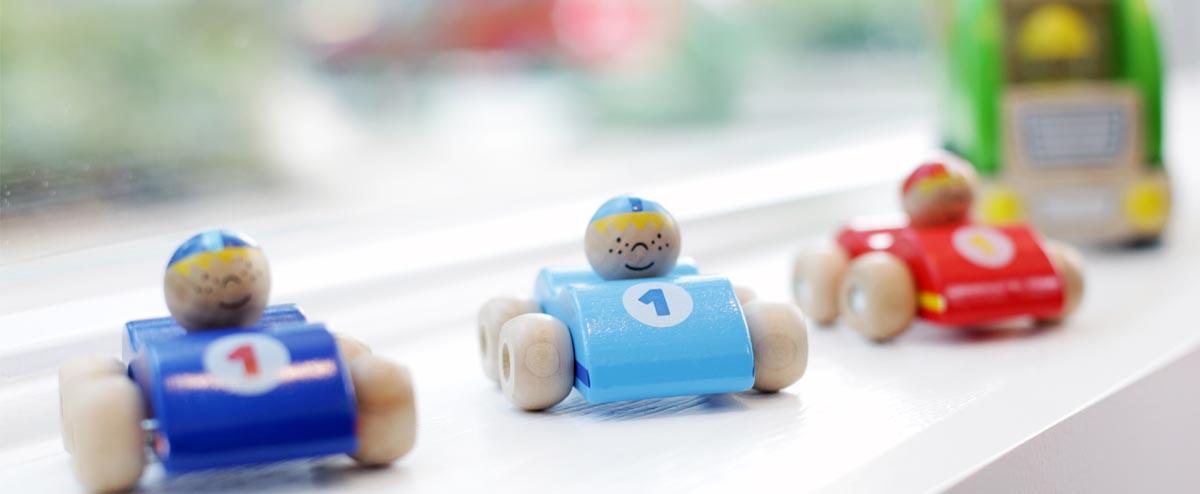 Bunte Spielzeug-Rennwagen aus Holz